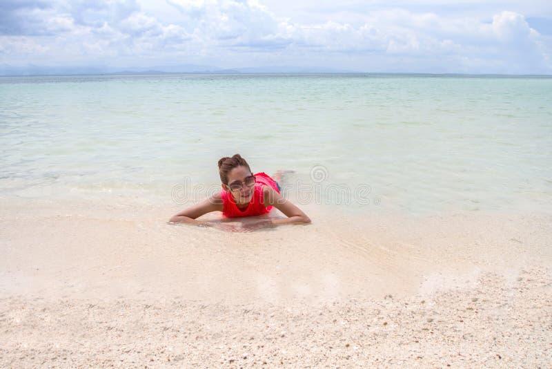 Mooi Meisje met Reis en Vakantie op Strand het genieten van royalty-vrije stock foto