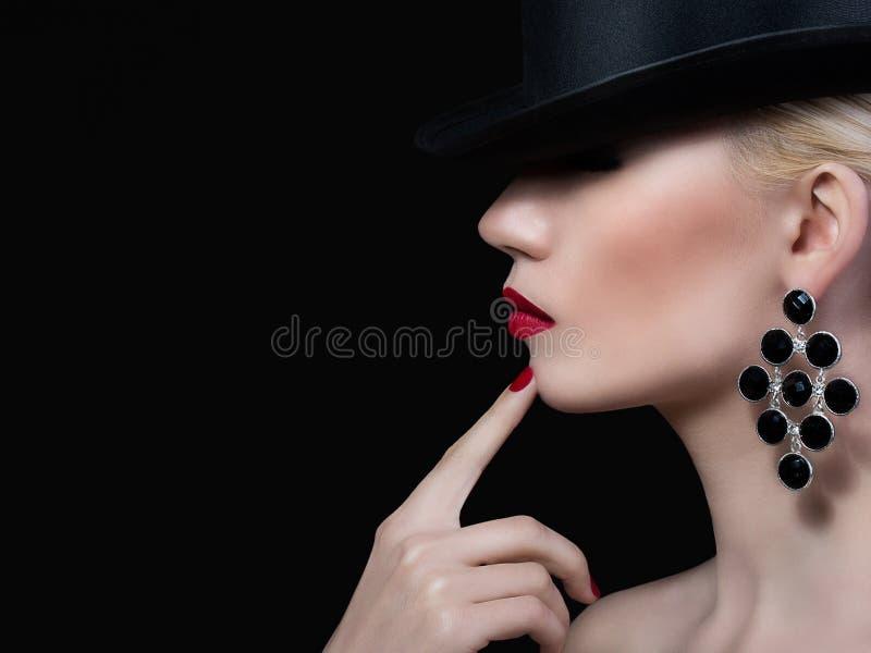 Mooi meisje met rode lippen en manicure stock foto