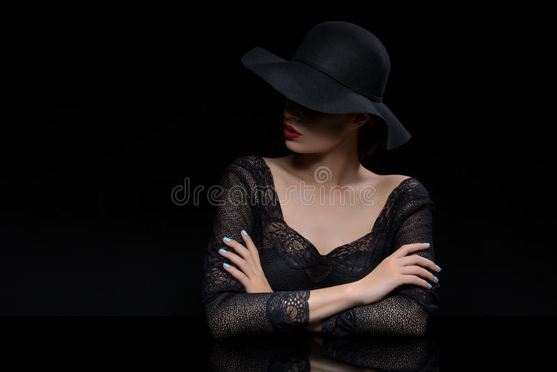 Mooi meisje met rode llips in zwarte hoed stock foto