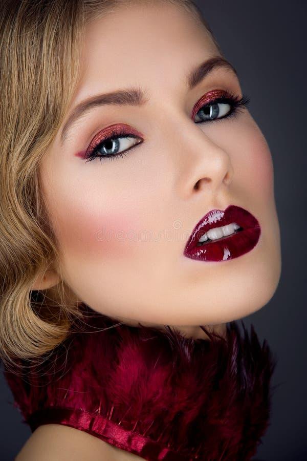 Mooi meisje met rode make-up stock foto's