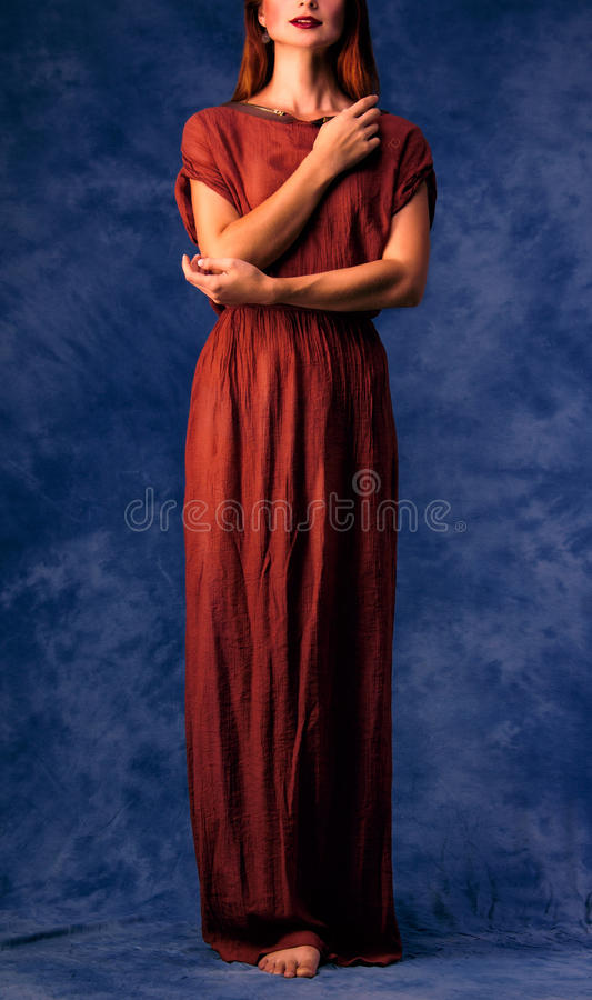 Mooi meisje met rood haar in lange kleding royalty-vrije stock foto