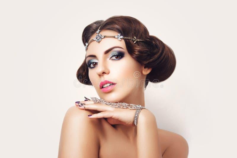 Mooi meisje met samenstelling en juwelen royalty-vrije stock fotografie