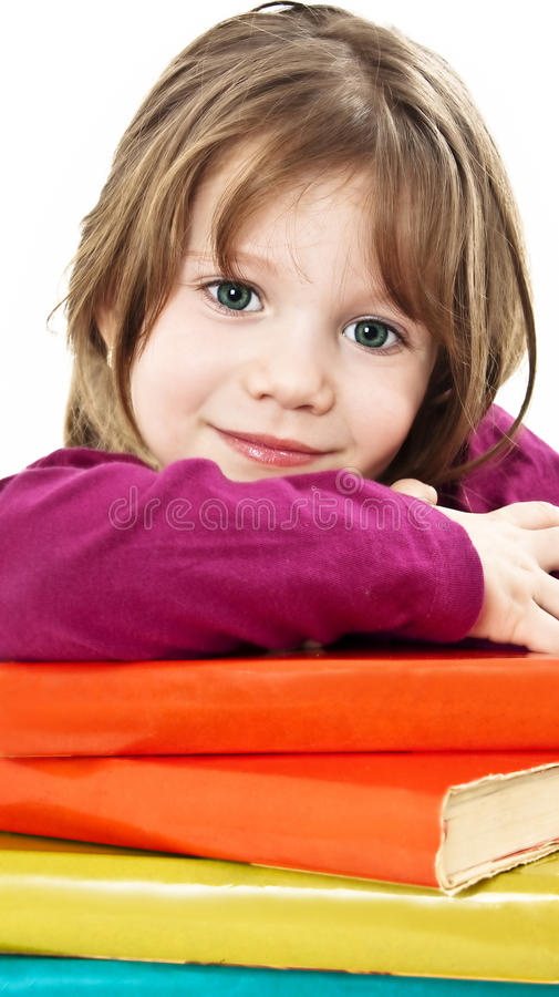 Mooi meisje met schoolboeken op de lijst royalty-vrije stock foto