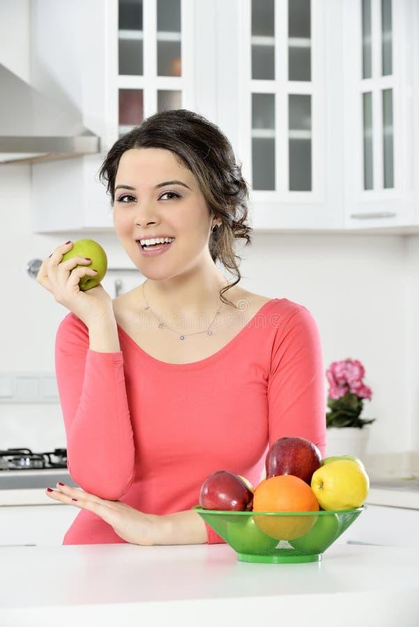 Mooi meisje met schotel van vruchten stock afbeeldingen
