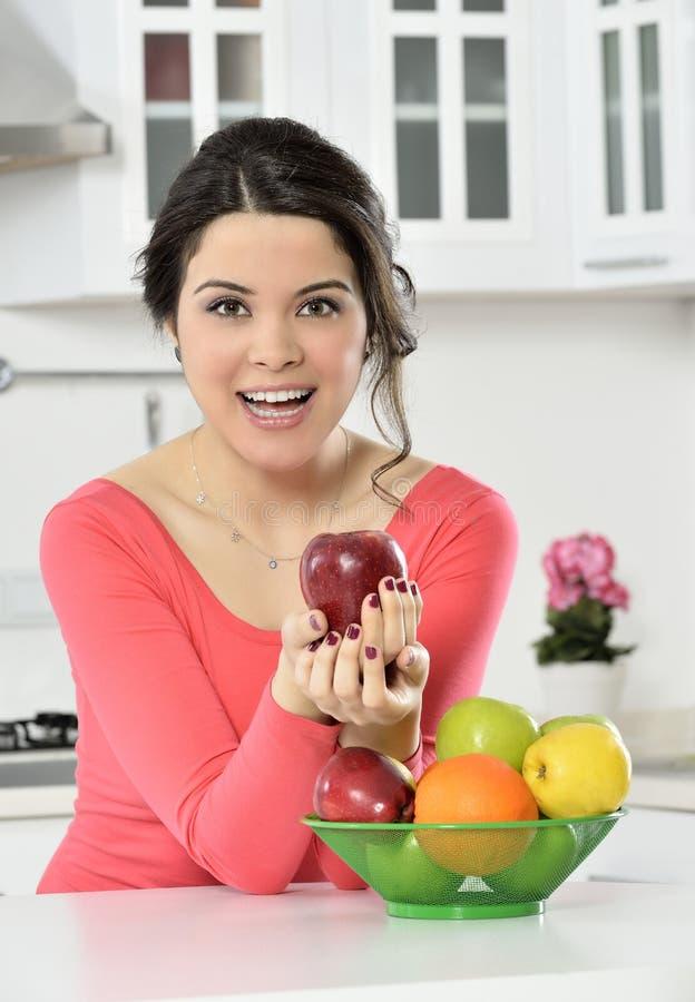 Mooi meisje met schotel van vruchten royalty-vrije stock foto