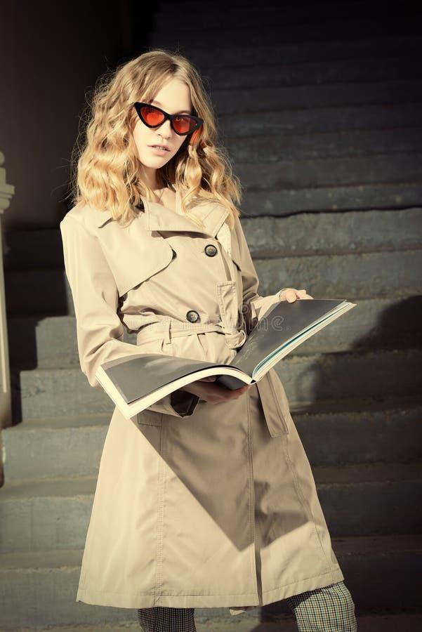 Mooi meisje met tijdschrift royalty-vrije stock foto