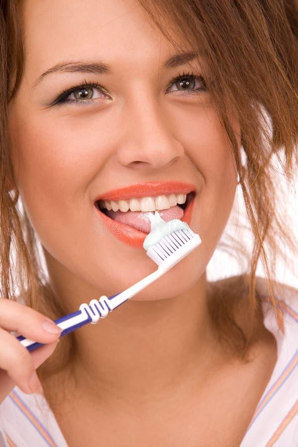 Mooi meisje met tooth-brush dat op wit wordt geïsoleerdh royalty-vrije stock afbeelding