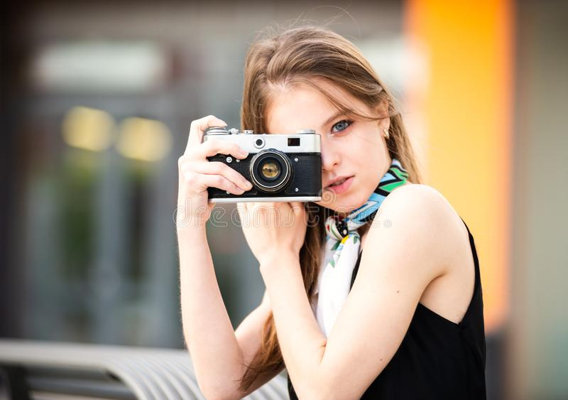 Mooi meisje met uitstekende camera royalty-vrije stock foto's