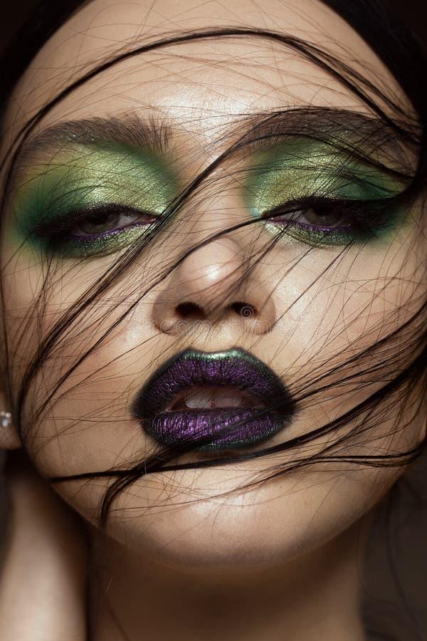 Mooi meisje met van de de lente groene make-up en vampier lippen Het Gezicht van de schoonheid stock foto's