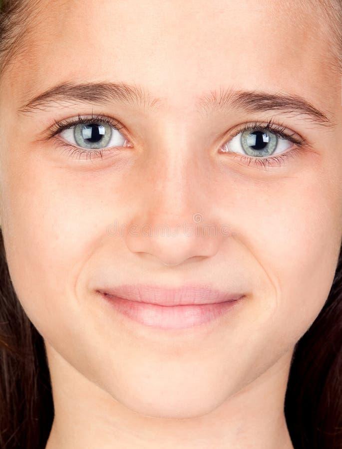 Mooi meisje met verbazende blauwe ogen stock afbeelding