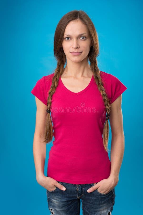 Mooi meisje met vlechten op blauwe achtergrond royalty-vrije stock foto