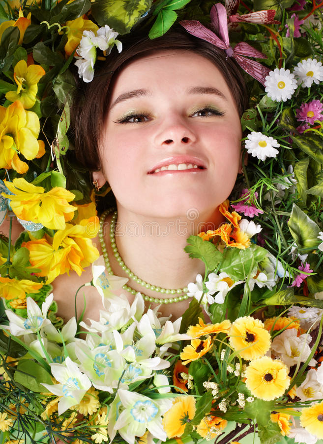 Mooi meisje met vlinder en bloem op gras. stock foto
