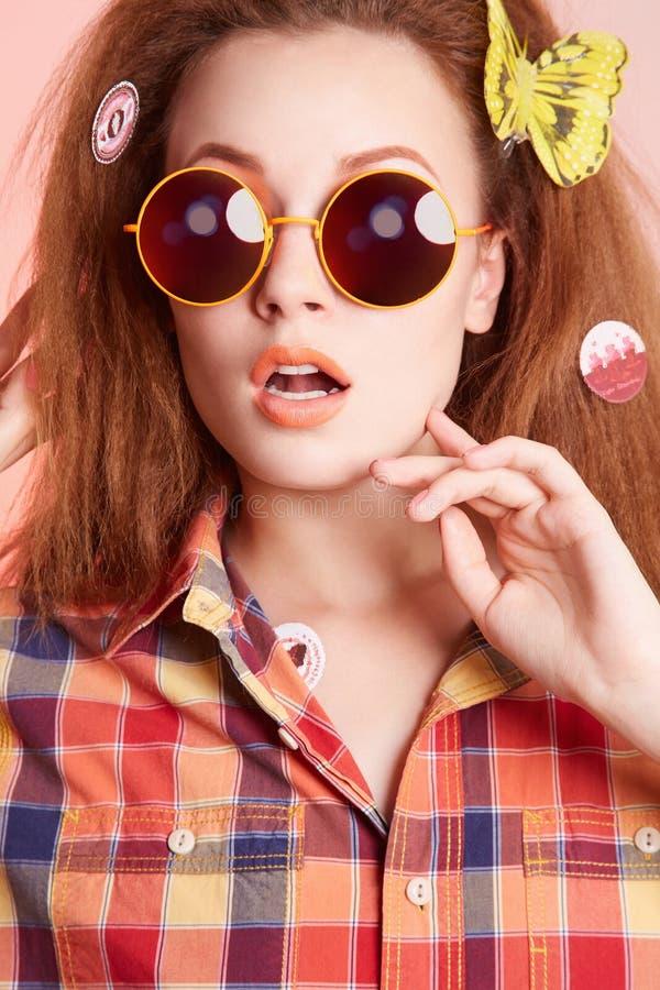 Mooi meisje met vlinder in het haar stock afbeelding