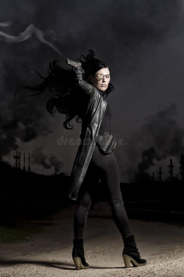 Mooi meisje met wapen stock afbeeldingen