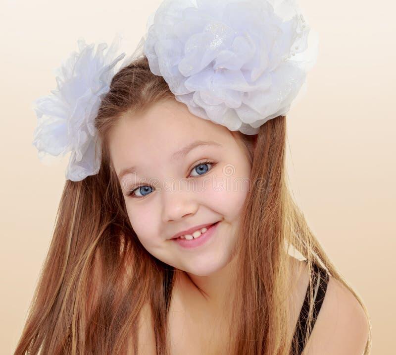 Mooi meisje met witte bogen op het hoofd royalty-vrije stock fotografie