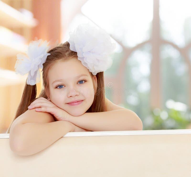 Mooi meisje met witte bogen op het hoofd stock foto's
