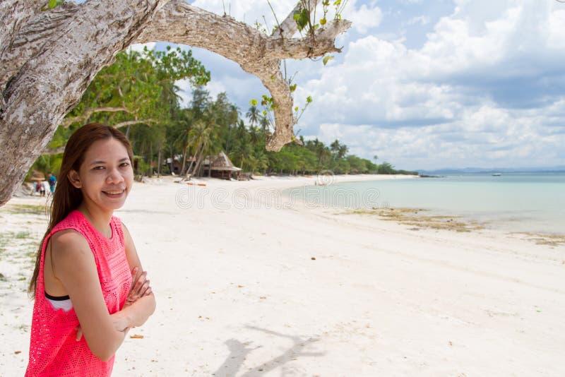 Mooi Meisje met zonlicht Eerlijke Reis en Vakantie op Bea royalty-vrije stock fotografie