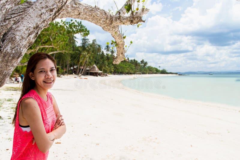 Mooi Meisje met zonlicht Eerlijke Reis en Vakantie op Bea royalty-vrije stock afbeeldingen