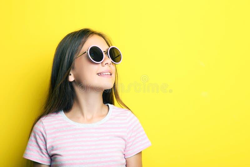 Mooi meisje met zonnebril stock foto's