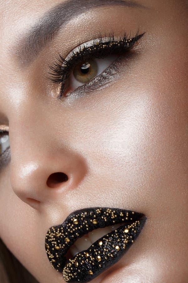 Mooi meisje met zwarte creatieve kunstsamenstelling Het Gezicht van de schoonheid royalty-vrije stock afbeeldingen