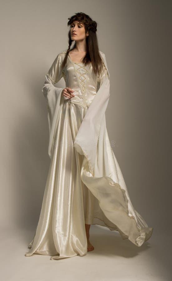 Mooi Meisje in middeleeuwse mooie kleding stock afbeelding