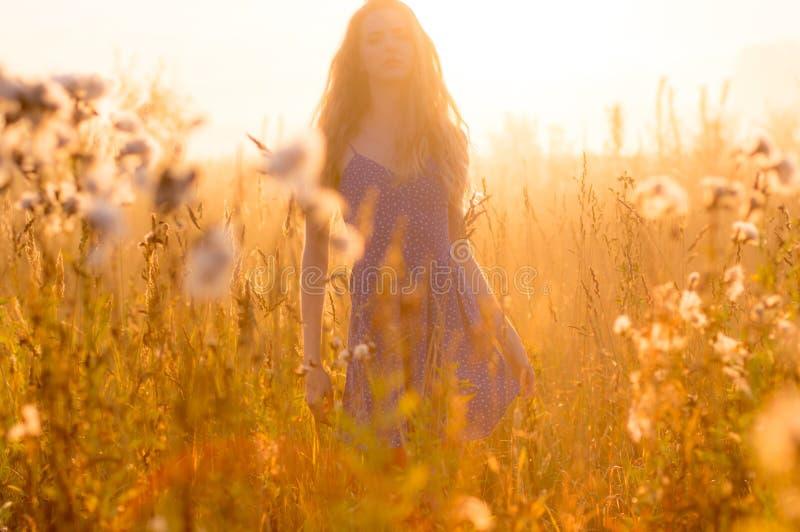 Mooi meisje in mist royalty-vrije stock foto's