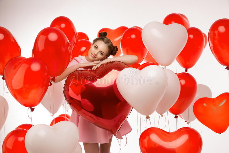 Mooi meisje, modieuze mannequin met ballons in de vorm stock afbeeldingen