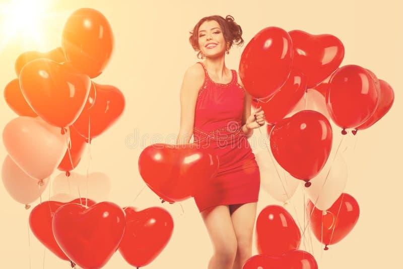 Mooi meisje, modieuze mannequin met ballons in de vorm royalty-vrije stock foto