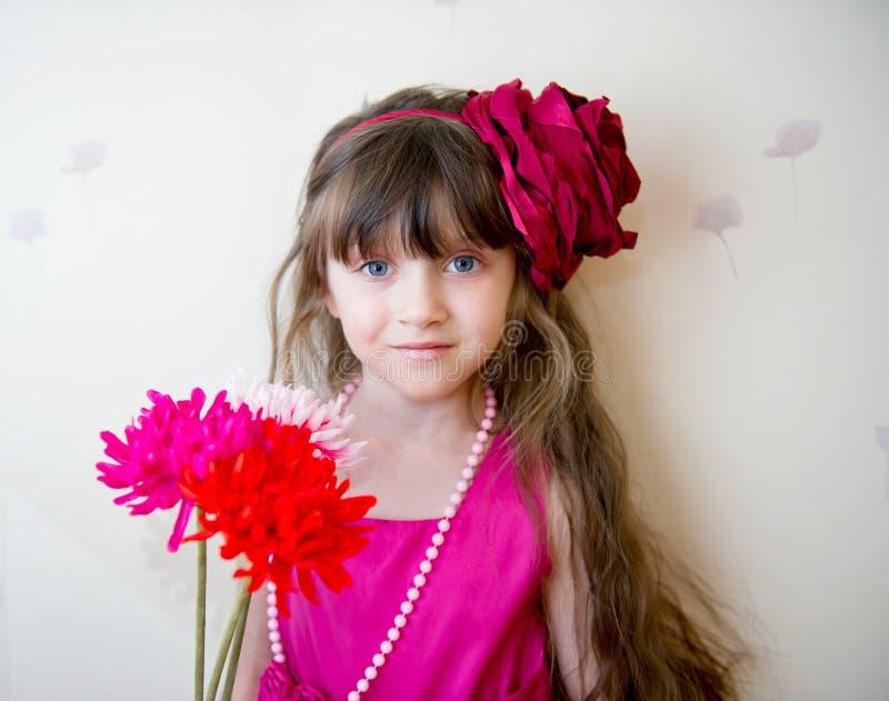 Mooi meisje in mooie kleding met bloemen stock afbeeldingen