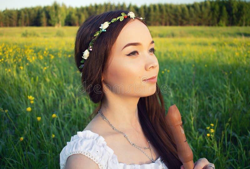 Mooi meisje Mori met een fluit in haar hand stock afbeeldingen