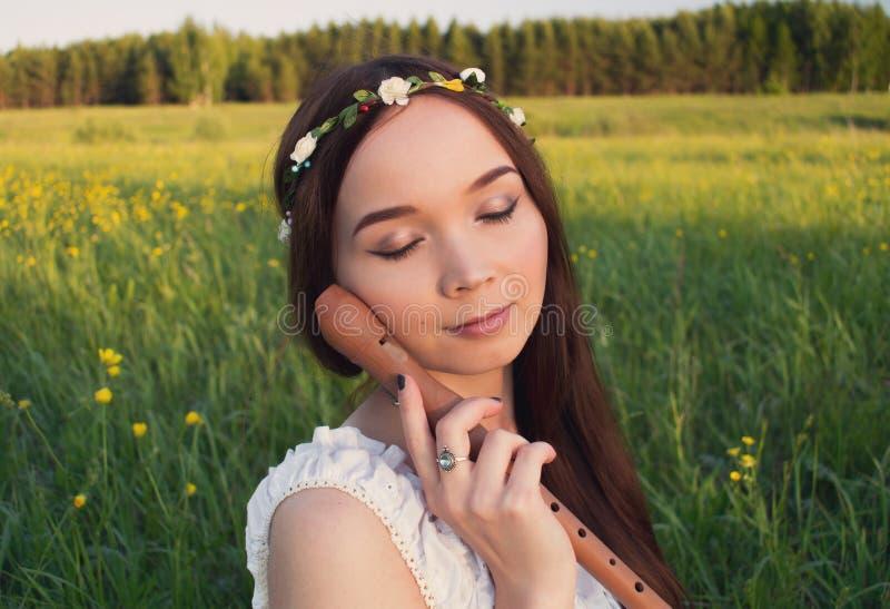 Mooi meisje Mori met een fluit in haar hand royalty-vrije stock foto's