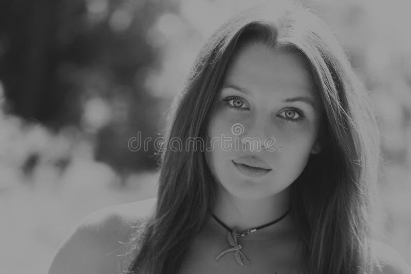 Mooi meisje onder bloemgebieden stock foto's