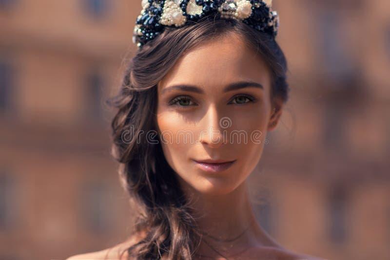 Mooi meisje op achtergrond van oude baksteengebouwen stock foto's