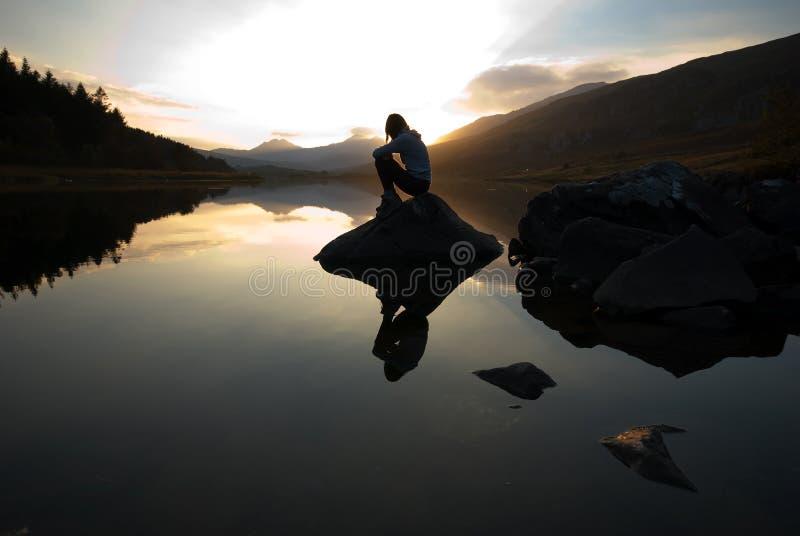 Mooi meisje op bergmeer royalty-vrije stock fotografie