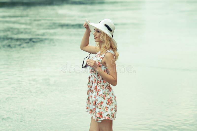 Mooi meisje op de kust stock afbeeldingen