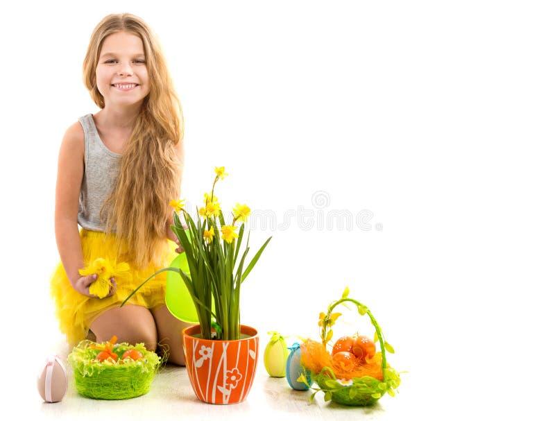 Mooi meisje op de vloer met Pasen-decoratie stock afbeelding