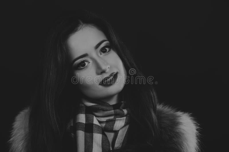 Mooi meisje op een donkere achtergrond stock foto's