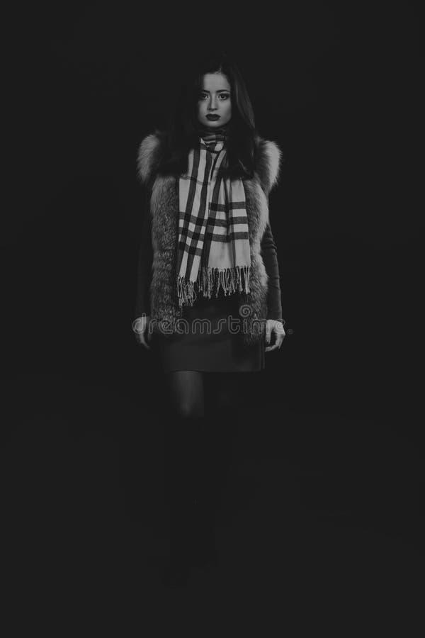 Mooi meisje op een donkere achtergrond stock afbeelding