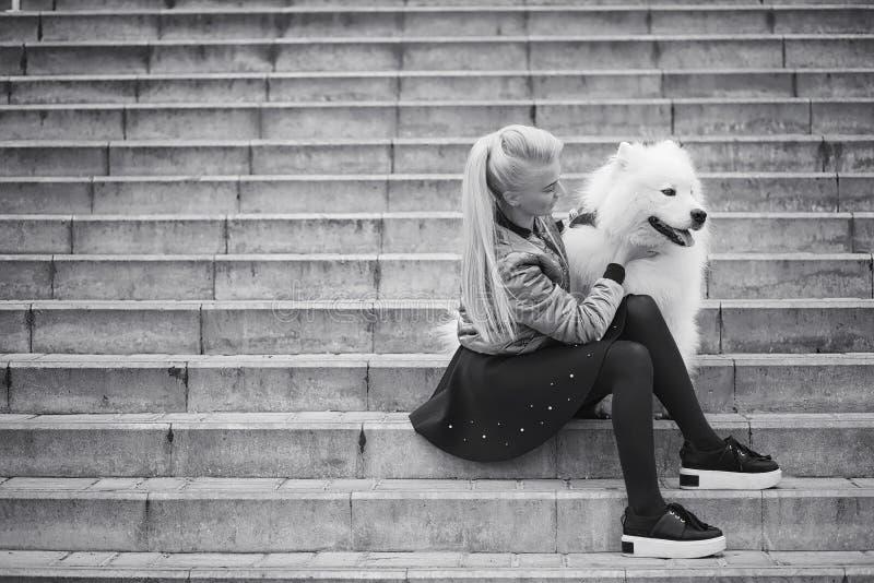 Mooi meisje op een gang met een mooie hond royalty-vrije stock foto's