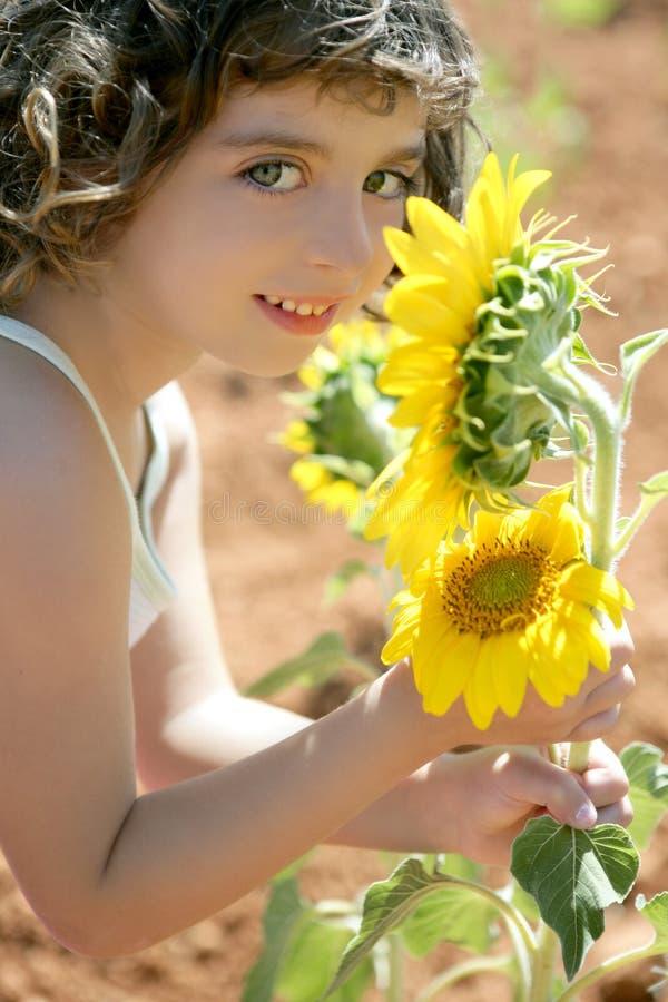 Mooi meisje op een gebied van de de zomerzonnebloem stock afbeelding