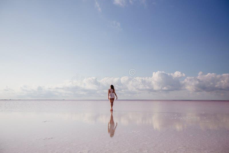 Mooi meisje op een roze meer royalty-vrije stock fotografie