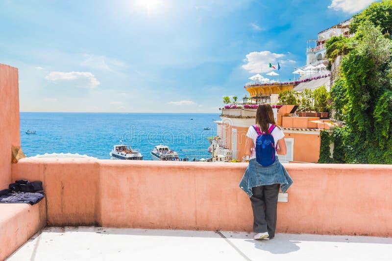 Mooi meisje op een terras door het overzees in wereldberoemde Positano stock foto