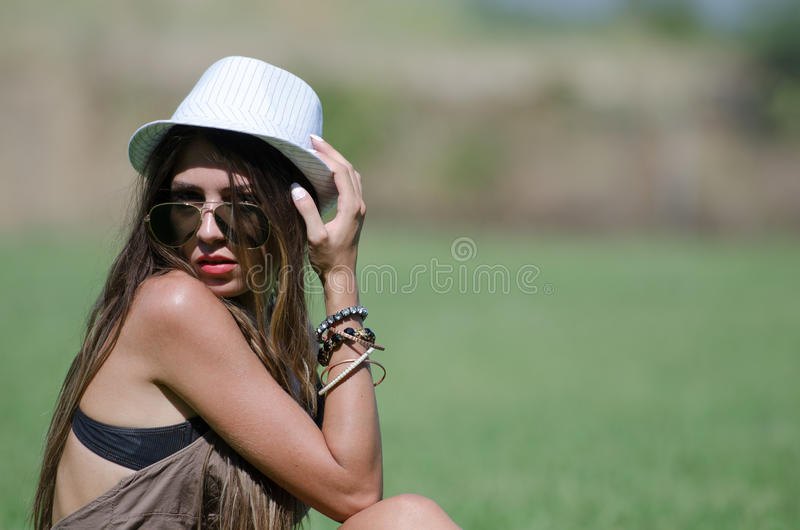 Mooi meisje op gras royalty-vrije stock afbeeldingen