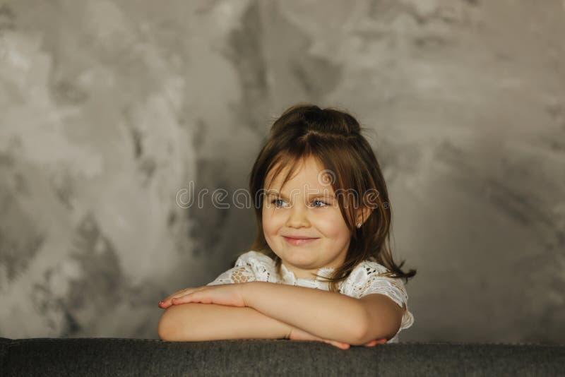 Mooi meisje op grijze achtergrond in de studio royalty-vrije stock afbeeldingen