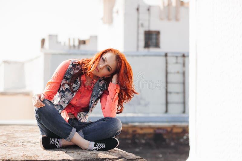 Mooi meisje op het dak stock foto's