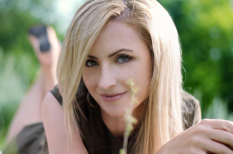Mooi meisje op het gebied royalty-vrije stock foto