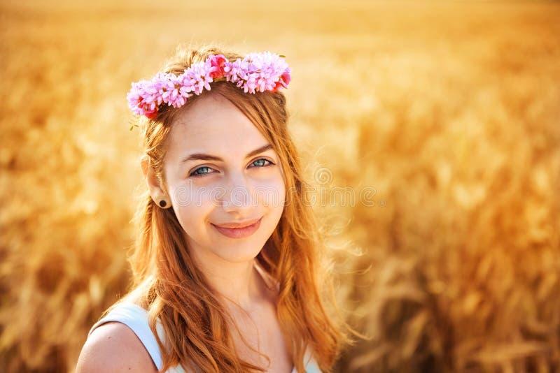 Mooi meisje op het gebied in zonlicht royalty-vrije stock foto's