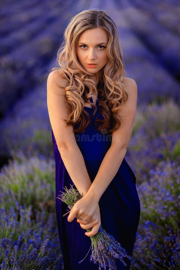 Mooi meisje op het lavendelgebied Mooie vrouw op het lavendelgebied op zonsondergang royalty-vrije stock afbeelding