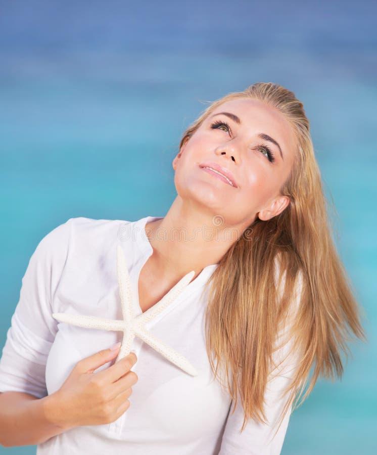 mooi meisje op het strand stock afbeeldingen