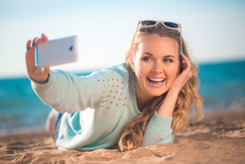 Mooi meisje op het strand #6 stock afbeelding